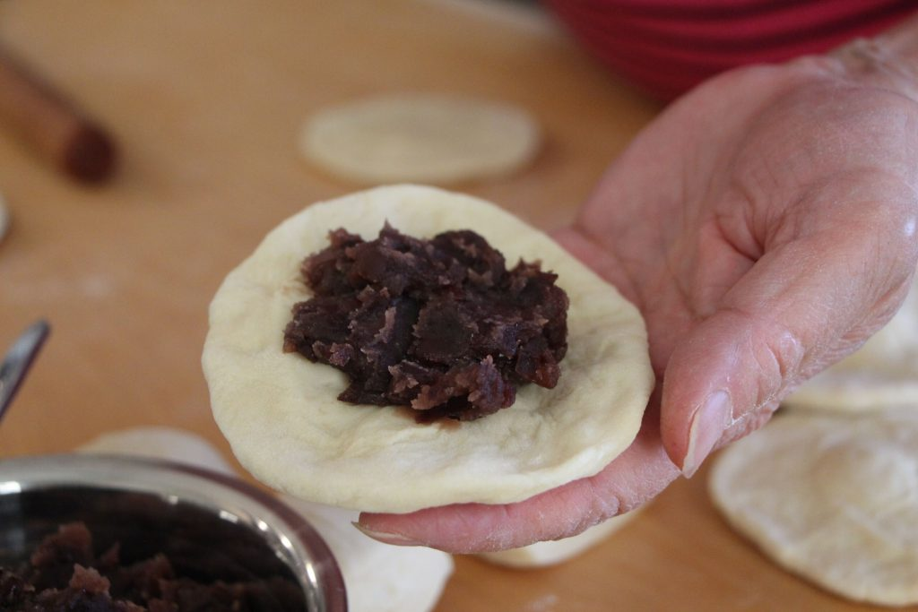 fill the wrapper with red bean